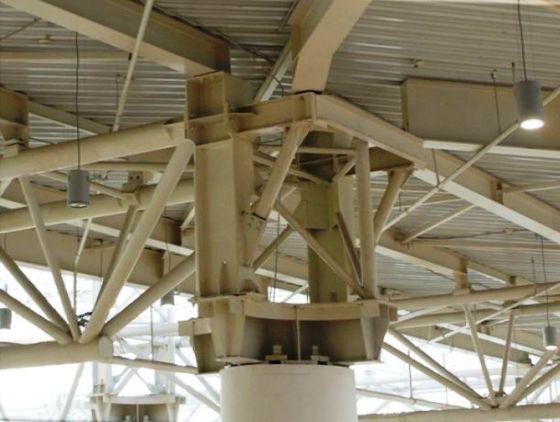 Больше ЛМК в России www.steelbuildings.ru Нет, это не балка переменного сечения - но каков узел стального каркаса: Снимок сделан в ТЦ Мега - уж не Управление Строительства - 620 поставляла такое ЧУДО-ЛМК?