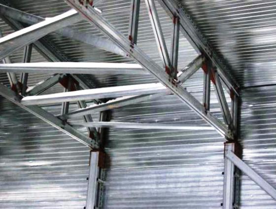 """Больше ЛМК в России www.steelbuildings.ru А вот на сайте некого Завода ЛМК (www.zLMK.ru - интересно, используют ли они Z-профиль?) на страничке с фото ЛМК (http://www.zlmk.ru/fotolmk.html) каркас припорошен снегом - причём внутри здания с уже смонтированной кровлей, вот так: Красивые лёгкие металлические конструкции из Австралии и странные фото """"фирменных"""" лёгких металлоконструкций с казанского сайта www.zLMK.ru:"""