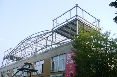 Больше ЛМК в России www.steelbuildings.ru АПСП - это Ассоциация Переработчиков Стали с Покрытием - см. www.apsp.info: Это теперь надстройка над бывшим офисом МАПОСа - он был на 2-м этаже в этом здании - обшивают его странными сэндвич-панелями - как вы думаете крашенными? Представьте себе - НЕТ!