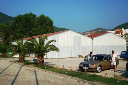 Не обязательно строить это из бетона, правда? Это металлическое здание (ангар) в центре города Будва, Черногория. Блог AntiBeton Михаил Кокорев.