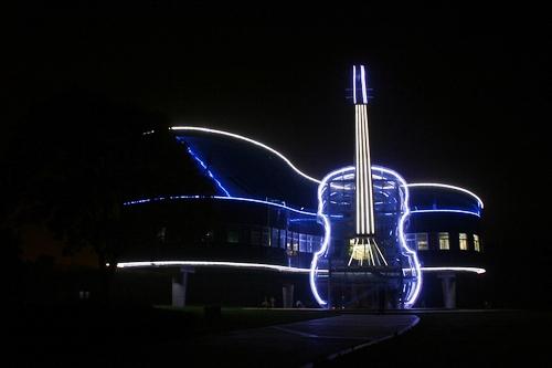 """Больше ЛМК в России www.steelbuildings.ru """"Творчество – как символ покорения новых рубежей"""", построено из стальной балки. О роли подсветки зданий на основе стального каркаса:"""