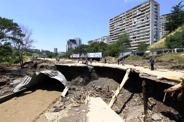 Больше ЛМК в России www.steelbuildings.ru Стальные гофрированные кулверты выдержали, а бетон опять виноват в гибели людей.