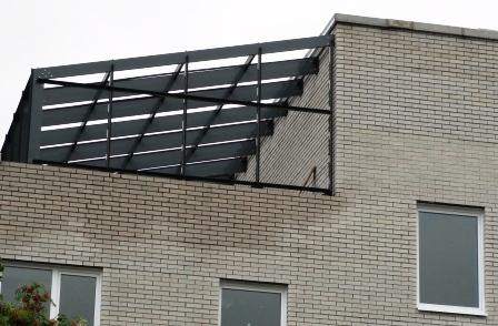 Больше ЛМК в России www.steelbuildings.ru В радиусе нескольких сот метров расположено 9 (!) Компаний-участников рынка ЛМК, может поэтому малюсенькую надстроечку всё-таки достраивают на основе металлокаркаса: