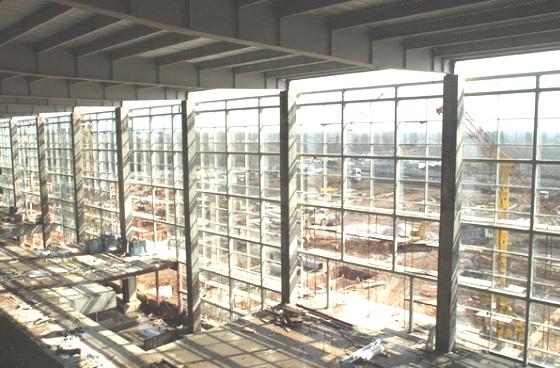 Больше ЛМК в России www.steelbuildings.ru Донецкий аэропорт в Украине перекрывают стальной и очень эротичной балкой переменного сечения: