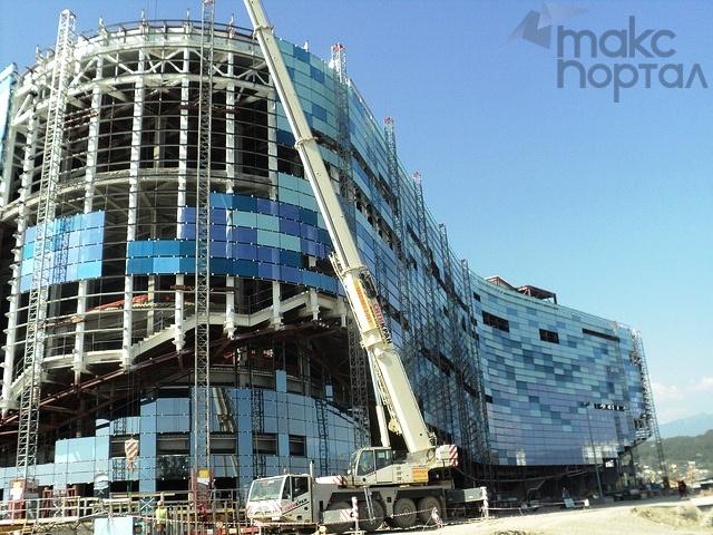 Больше ЛМК в России www.steelbuildings.ru 22 000 тонн стали и море стекла: на Центральном стадионе в Олимпийском парке Сочи сооружают навес.