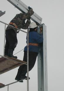 Больше ЛМК в России www.steelbuildings.ru < 21METPA. Здания системы «Спайдер-В» - это конструктор. Все элементы конструкции - на болтовых соединениях, сварочные работы полностью исключены. Это делает возможным монтаж &quot;в чистом поле&quot;.