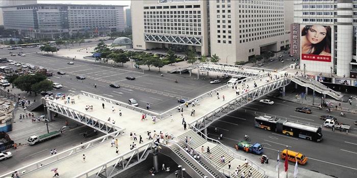 Больше ЛМК в России www.steelbuildings.ru На фото: 80-ти метровый основной пролёт этого моста через одну из магистралей в Пекине был возведён за 1 (Одну) ночь.