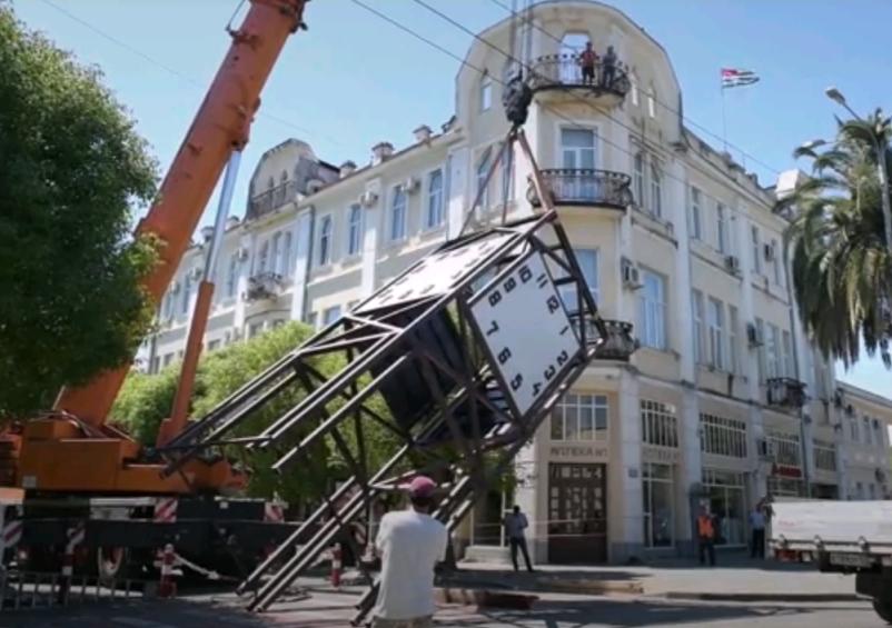 Больше ЛМК в России www.steelbuildings.ru Стальной каркас дал башенным часам в Сухуми вторую жизнь.